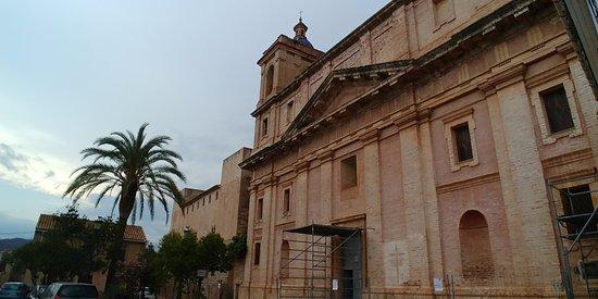Sot de Ferrer, Spania: Plaza de la Iglesia, con la Iglesia y el palacio gótico del siglo XIII.