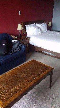 Florenceville-Bristol, Canada: Furniture in poor shape, mattress guts hanging out.
