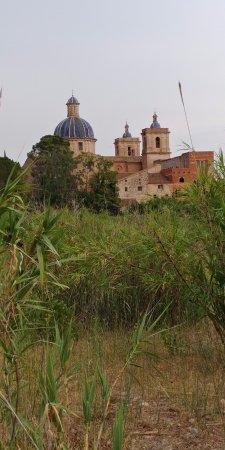 Sot de Ferrer, Spania: Casa del Señor y detrás Iglesia, desde las huerta junto al rio