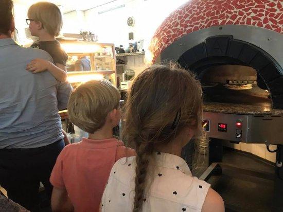 Hilversum, Holandia: Kinderen kunnen hun pizza bewonderen die in de mooie pizzaoven ligt!
