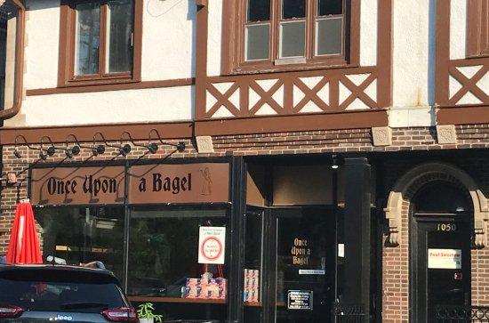Winnetka, Ιλινόις: Storefront seen from Hubbard Woods Park (across Gage Street)