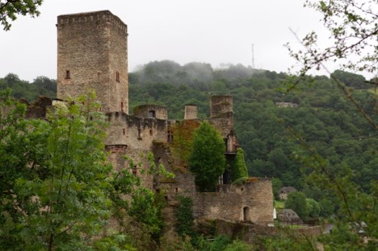 Belcastel, Frankrike: Wonderful view of the back of the fortress in the early morning.