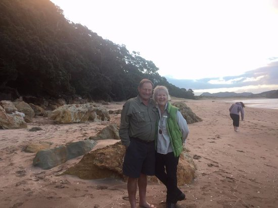 Whangamata, New Zealand: Doug and Jan at Hot Water Beach