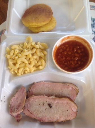 Brownsville, เคนตั๊กกี้: smoked pork tenderloin/pork chop plate with mac n cheese, bbq beans, and corn cakes