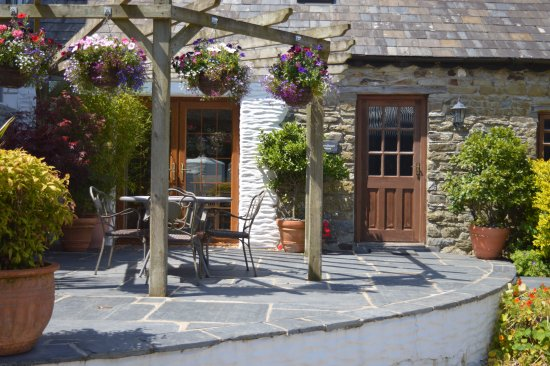 Aberporth, UK: sunny patio area for Swallows Nest