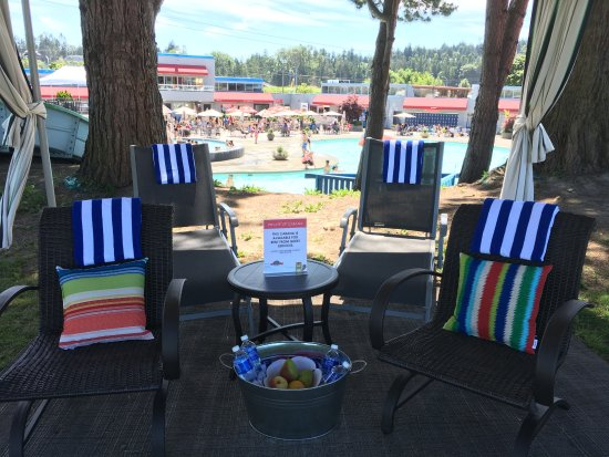 Tsawwassen, Kanada: Enjoy the action from the comfort of a Private VIP Cabana!
