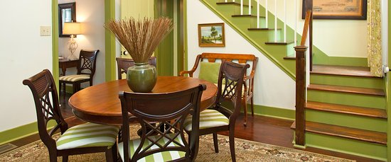 Marcia's Cottages: Elmsley's dining area