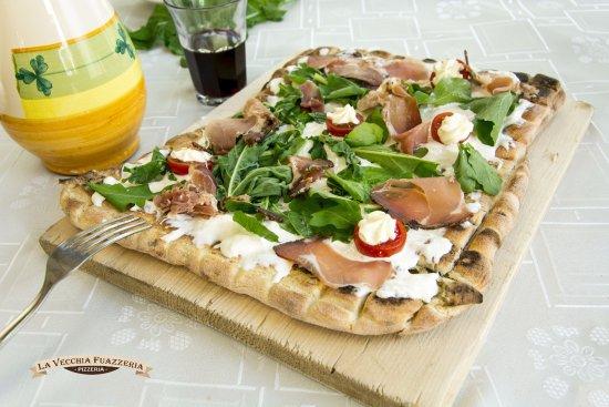 Canicatti, Италия: Pizza alla brace croccante e sfiziosa