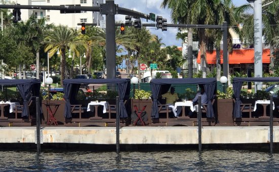 outdoor dining at Billy's Stone Crab