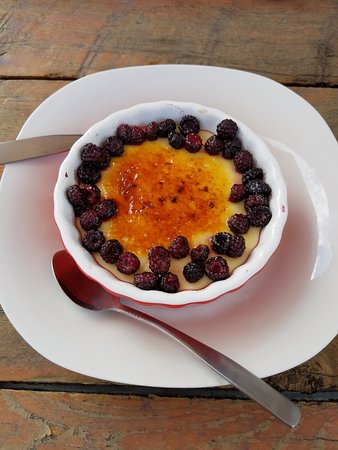 Roscoe, NY: Creme Brulee with fresh black berries. yum!