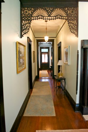 Marcia's Cottages: Evergreen hallway, view toward front