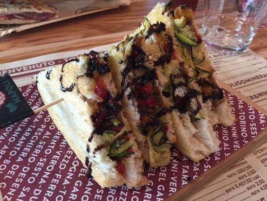Orio Al Serio, Itália: Napoli toast (vegetariano) con verdure grigliate e crema di aceto balsamico