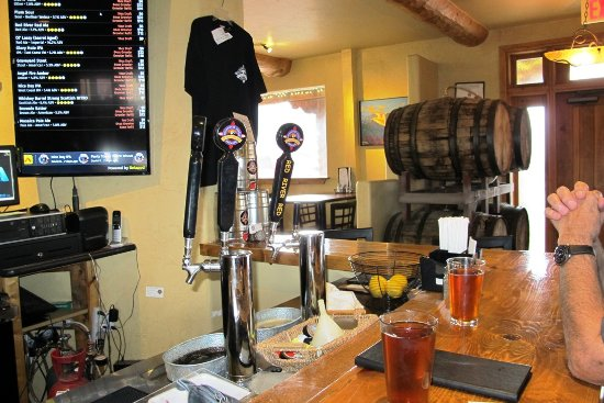 Angel Fire, Nuevo Mexico: Bar area and some of their beers are listed on the board!