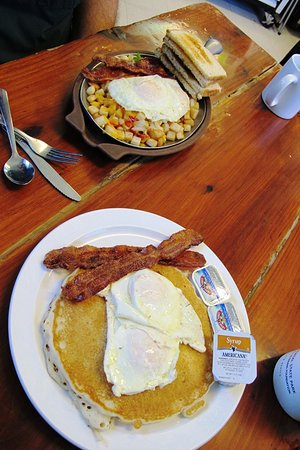 Angel Fire, Nuevo Mexico: A skillet breakfast and eggs over easy on a pancake!