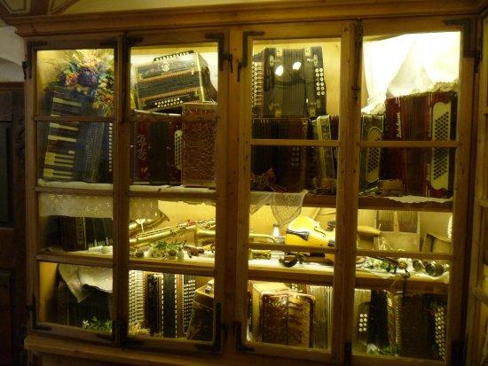 Una delle vetrine folkloristiche all'interno del Rifugio