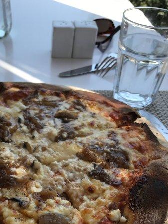 Doryssa Seaside Resort: Doryssa pizza with mushrooms and goat cheese - yummmmm