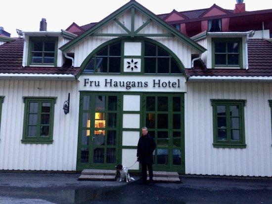 Mosjøen, Norge: Utenfor hotellet, mot hagen