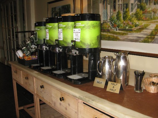 Woodstock Inn and Resort: Coffee and tea area. Served in the morning and at 4 pm.