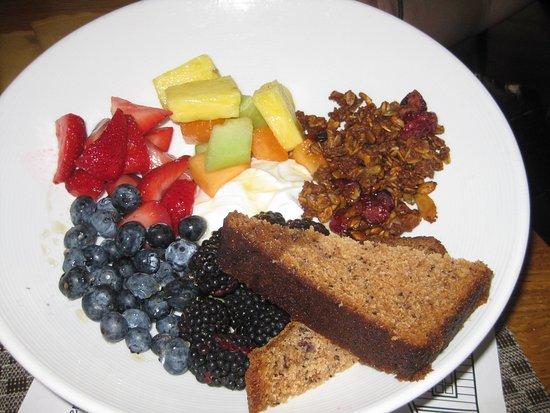 Woodstock Inn and Resort: Breakfast of yogurt, granola, fruit and banana bread.