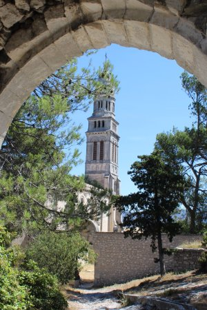 Orgon, France: La Porte qui mène à la Croix monumentale