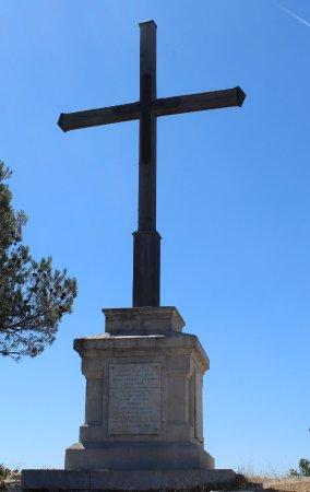 Orgon, France: La Croix au sommet de la colline