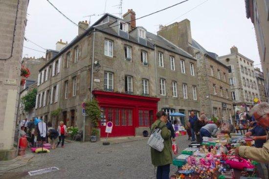 Le Logis du Roc: Hotel and street outside
