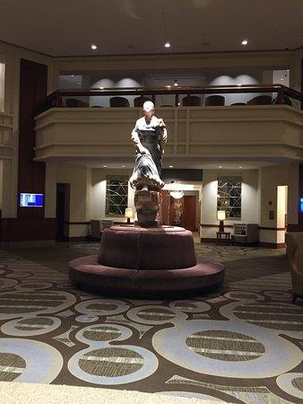 Hilton Boston Logan Airport: Huge lobby