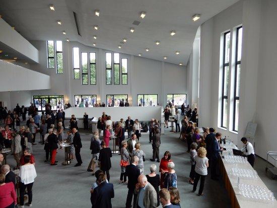 Aalto Theater: zeer ruime foyer(s) met veel licht