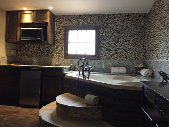 Cliff House Lodge and Hot Tub Cottages: 2017 Remodeled -  Zen Cottage - Indoor Jacuzzi, King Bed, Gas Stove Fireplace, Walk-in Shower
