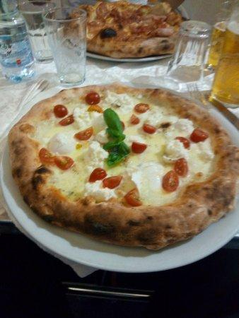 Gorgonzola, Italia: pizza bufalina ottima