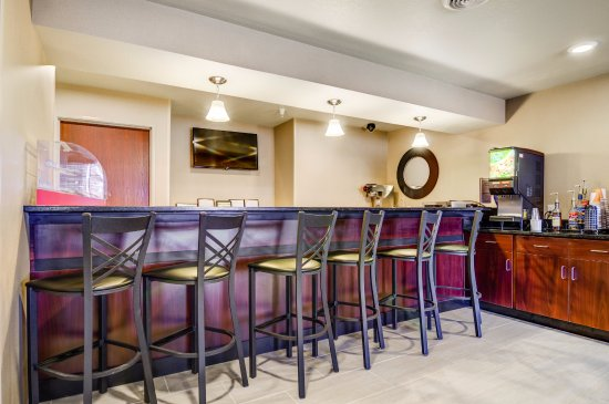 Lamoni, IA: Join us nightly for a drink at our beer and wine bar in lobby