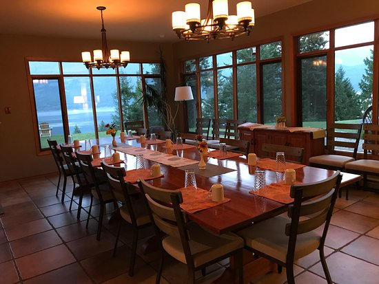Ainsworth Hot Springs, Canada: lovely dining room with spectacular view