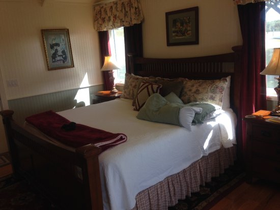 Stonewall, TX: Bed in the Primrose Cottage