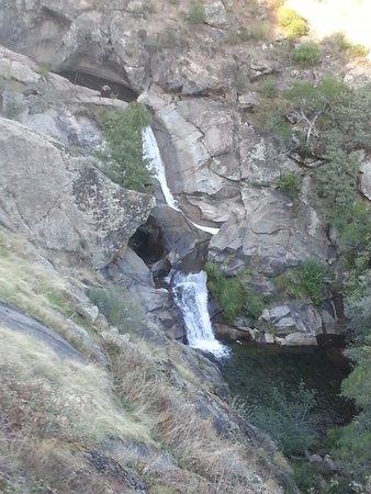 Poyales del Hoyo, Spanien: La cascada bajo el puente
