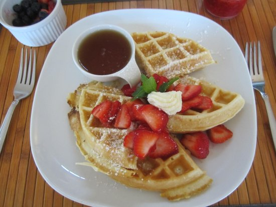 Meaford, Canadá: Belgian waffles with fresh strawberries and maple syrup