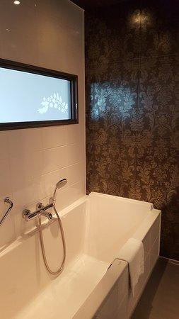 WestCord Fashion Hotel Amsterdam: Badezimmer Mit Dusche Und Wanne