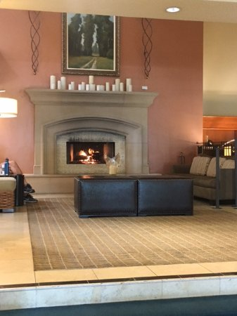Rohnert Park, CA: Fireplace in the lobby
