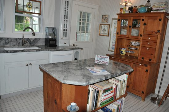 Yelton Manor Bed and Breakfast: Kitchen for guests where the hosts serve breakfast and afternoon snacks. Fridge for guest use.