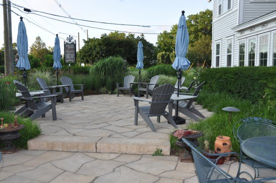 Yelton Manor Bed and Breakfast: Outdoor seating surrounded by awesome landscaping.