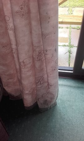 Kilkhampton, UK: mouldy curtains in sitting room