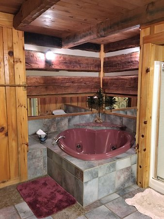 The Cabins at Cody Creek: Heart shaped jaccuzi tub
