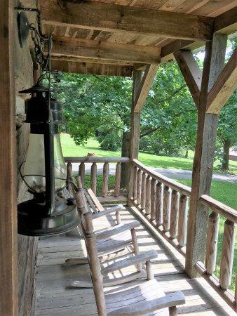 Dobson, Северная Каролина: porch