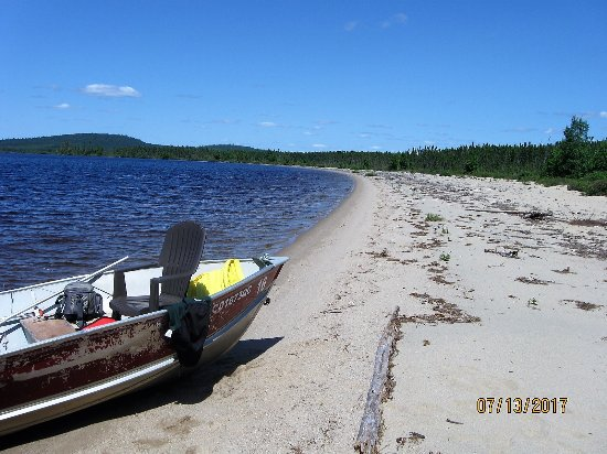 """La Tuque, Canada: Sur une plage déserte tout près de l'auberge pour un """"shore lunch"""""""