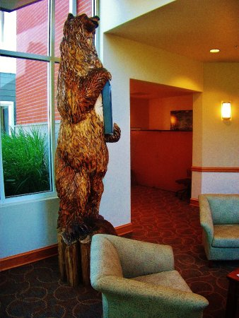 Fairview, Орегон: Wood Carving of a Bear in the Lobby