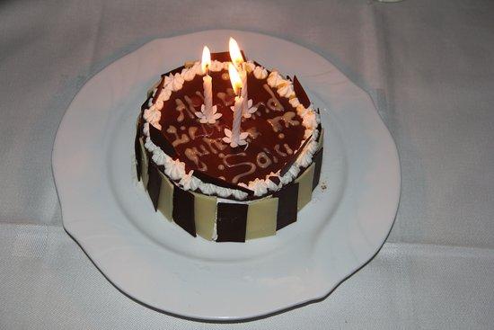 Mantasoa Lodge : Geburtstagstorte für zwei, eine madagassische Schwarzwälder-Torte. Echt lecker und nicht zu süss