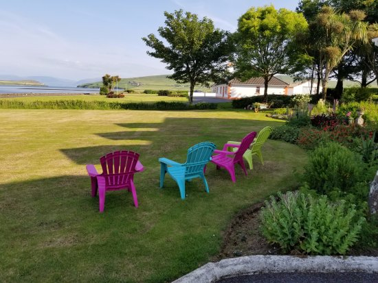 Clonmara Bed & Breakfast: Seating area near the entrance with a view of Dingle Bay