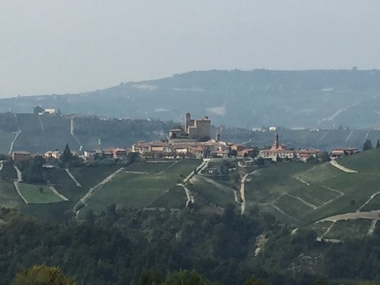 Sinio, Italia: Looking from our porch over the a castle that we later visited.