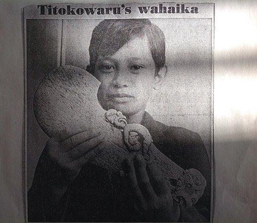 Hawera, Nueva Zelanda: Milton Whareaitu, Riverlea School, South Taranaki, holds Titokowaru's whalebone wahaika.