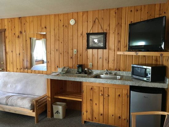Alpine Lodge : the area across from the two queen beds