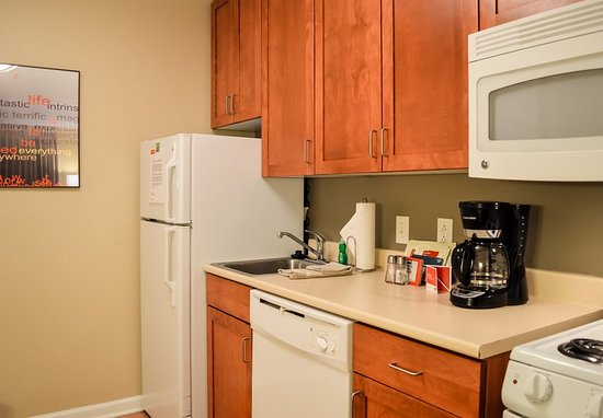 Stafford, VA: Queen/Queen Studio Suite - Kitchen